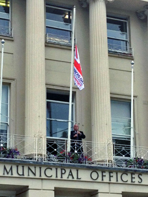Raising the armed forces day flag at the Municipal Offices