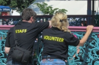2 people volunteering at event