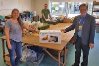 mayor presents vakpak to springbank foodbank